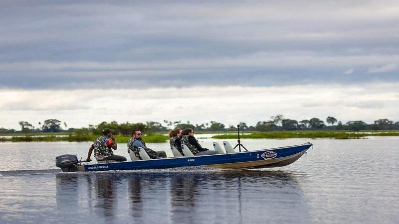 Passeio de barco no Pantanal com a Pousada Piuval